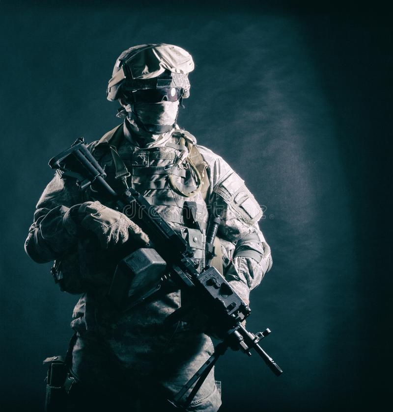 Nowożytny wojska infantryman z maszynowym pistoletem zdjęcia royalty free