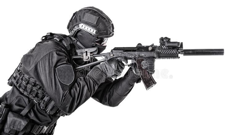 Nowożytny wojsko żołnierz, milicyjny pacnięcie członek na bielu fotografia stock