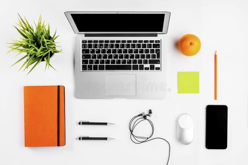 Nowożytny workspace z filiżanki, smartphone, papieru, notatnika, pastylki i laptopu kopii przestrzenią na białym koloru tle, Mies obraz royalty free