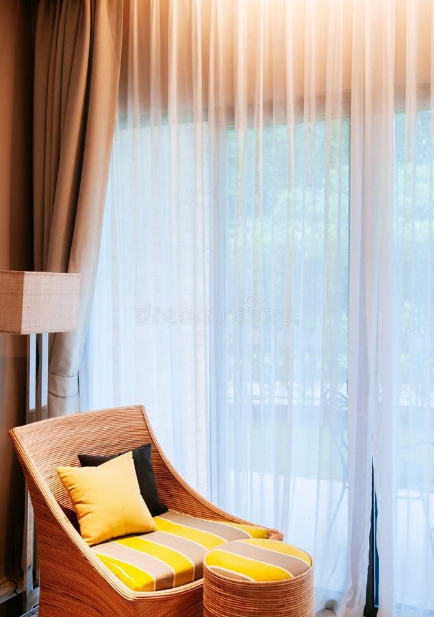 Nowożytny współczesnego stylu żywy pokój z białą zasłoną, colour obraz stock