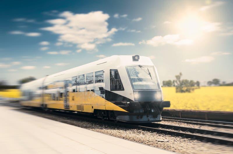 Nowożytny wysoki prędkość pociąg na jasnym dniu z ruch plamą zdjęcia royalty free