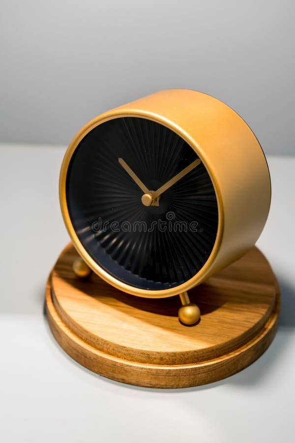 Nowożytny złoto zegar z czasem czyta dziesięć past dziesięć z naturalnym w zdjęcia stock