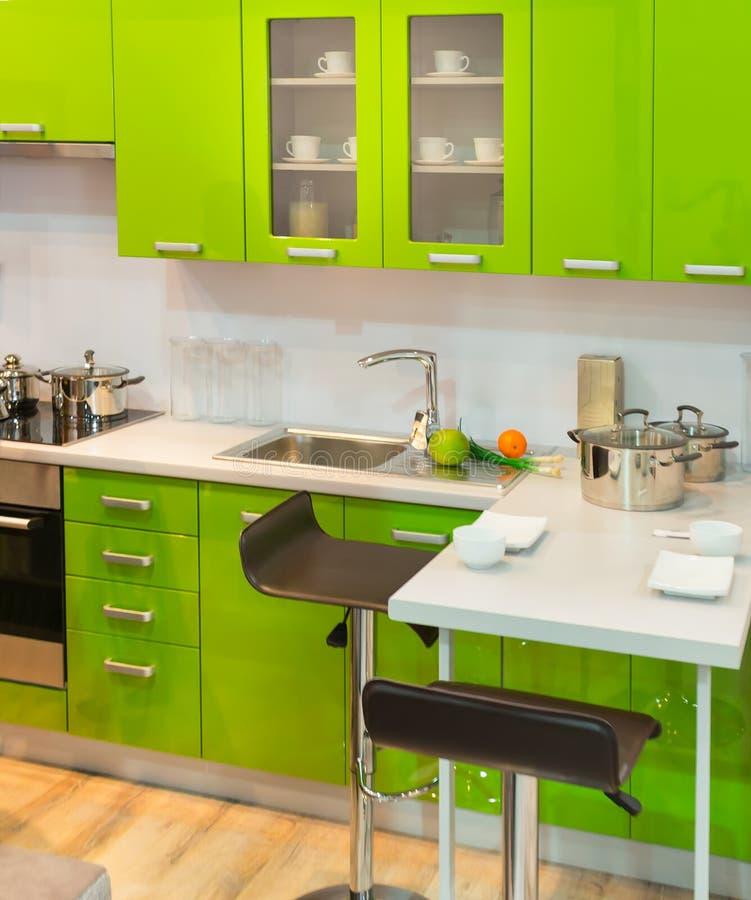 Nowożytny zielony kuchenny czysty wewnętrzny projekt obraz royalty free