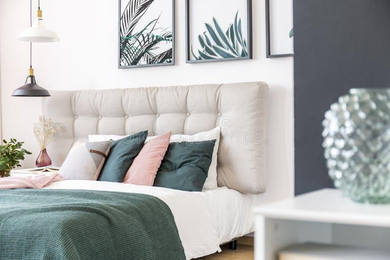 Nowożytny zielony sypialni wnętrze obrazy royalty free