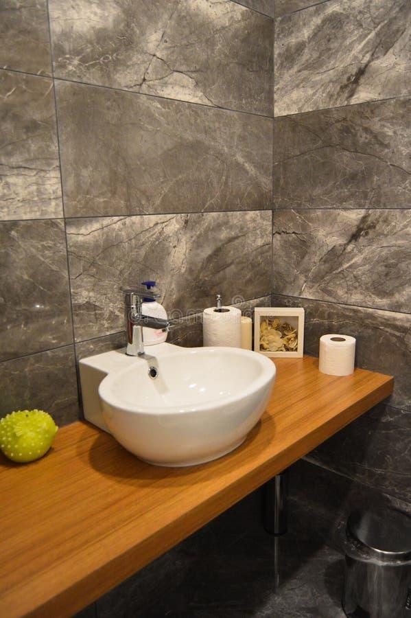 Nowożytnych eleganckich łazienka biel ceramiczny zlew fotografia stock