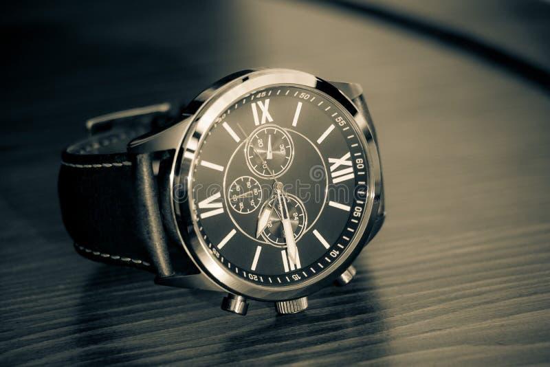 Nowożytnych mężczyzna ` s zegarek, złoto kolor zdjęcie stock