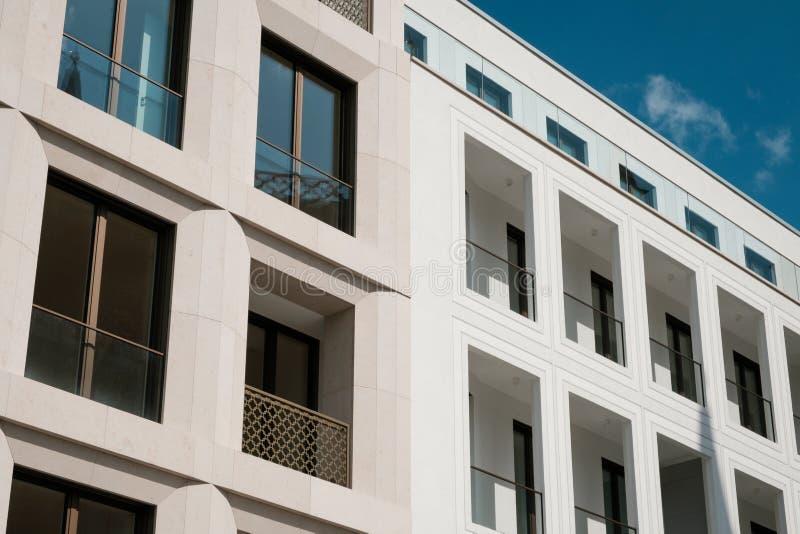 Nowo?ytna budynek mieszkaniowy fasada, nieruchomo?ci powierzchowno?? obrazy stock