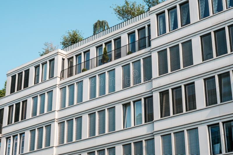 Nowo?ytna budynek mieszkaniowy fasada, nieruchomo?ci powierzchowno?? zdjęcie royalty free
