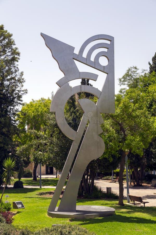 rzeźba współczesnego metalu głowy autorstwa Roya Lichtensteina w Daniel Garden, Plac Kikar Safra, Jerozolima, Izrael zdjęcia royalty free