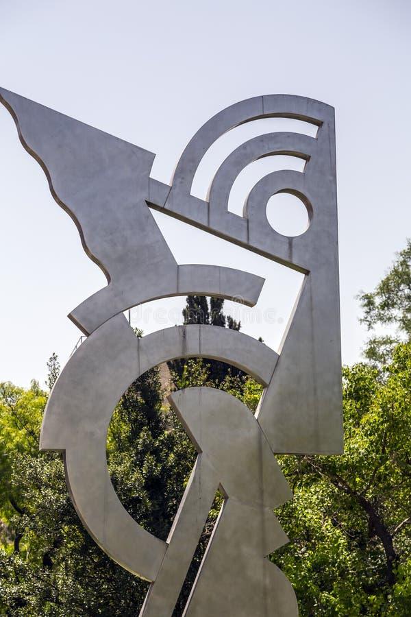 rzeźba współczesnego metalu głowy autorstwa Roya Lichtensteina w Daniel Garden, Plac Kikar Safra, Jerozolima, Izrael obraz royalty free