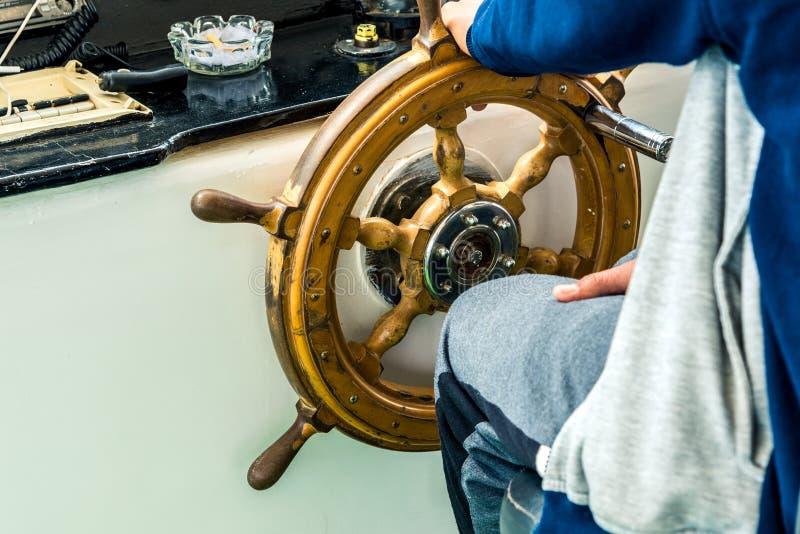 Nowo?ytna ma?a drewniana kierownica na statku Horyzontalna rama obrazy royalty free