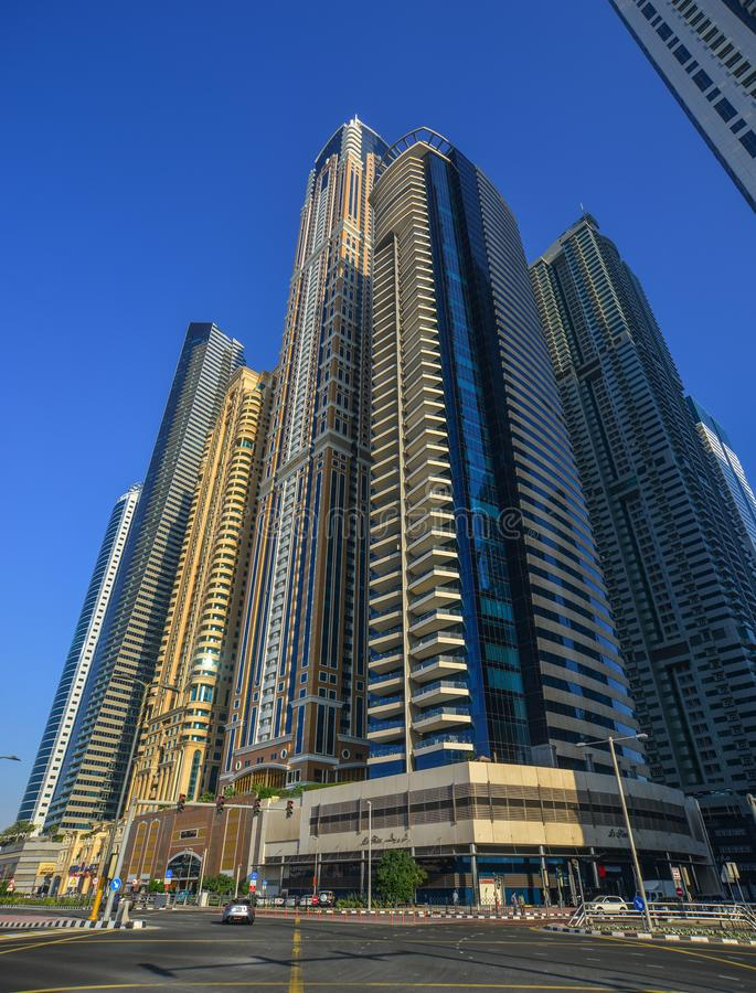 Nowo?ytni budynki w Dubaj mie?cie zdjęcie royalty free