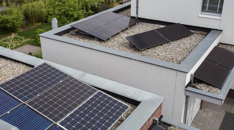 Nowo?ytni domy z panel s?oneczny na dachu dla alternatywnej energii zdjęcie stock