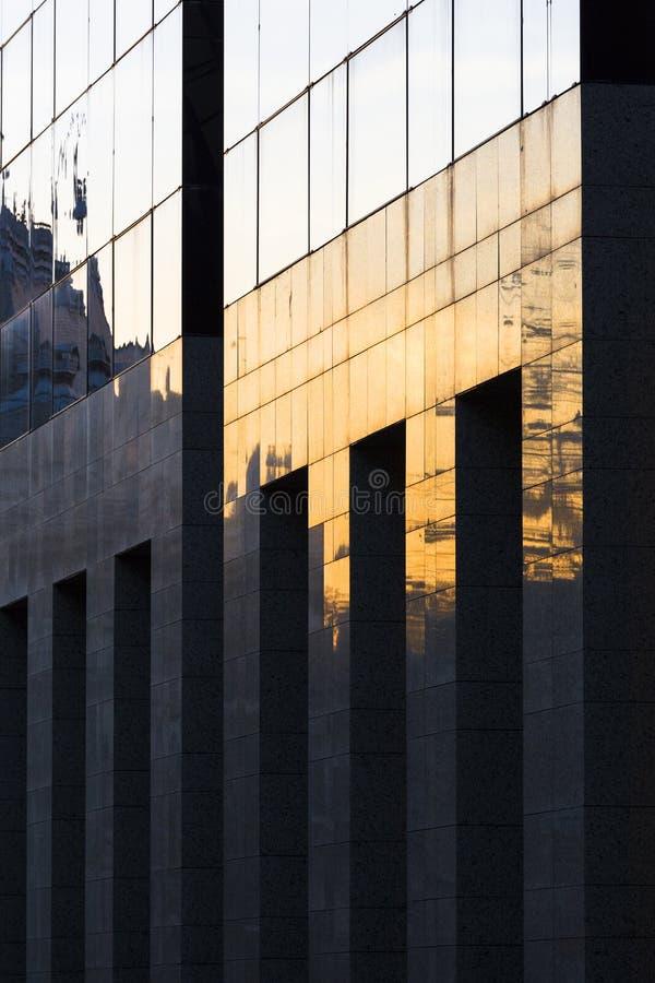 Download Nowożytny Budynek Z Odbiciami Zdjęcie Stock - Obraz złożonej z budynek, architektury: 28970838
