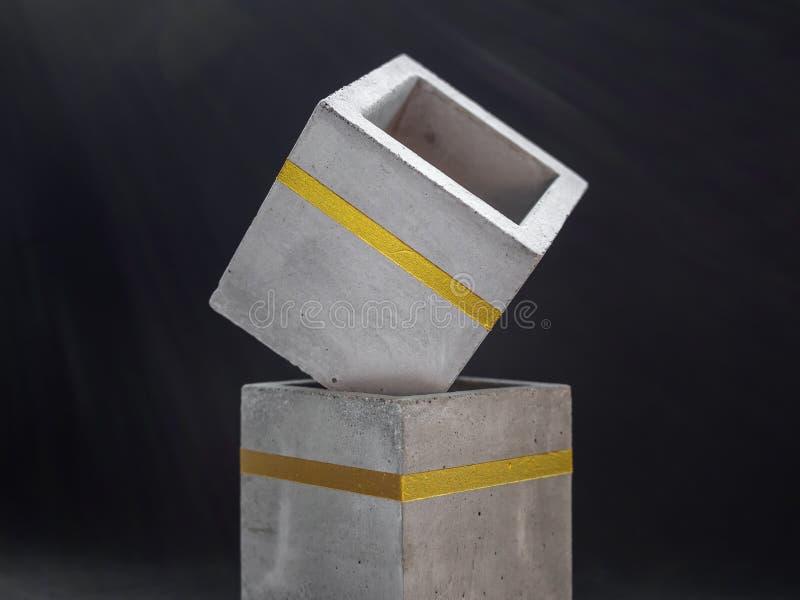 Nowo?ytny kubiczny betonowy plantator Maluj?cy betonowy garnek dla domowej dekoracji zdjęcie royalty free