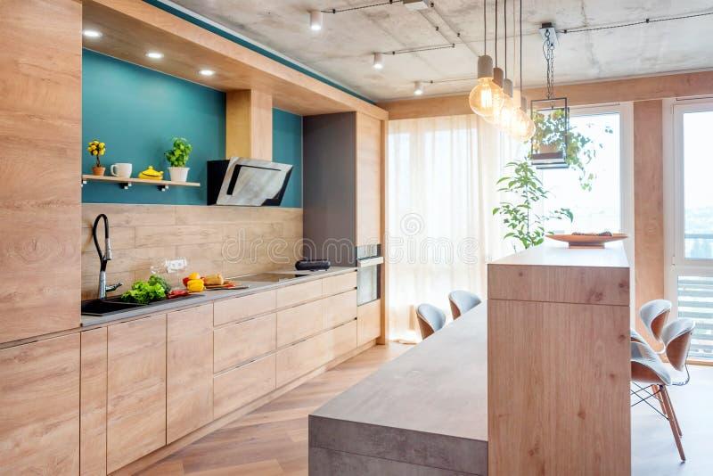 Nowo?ytny meble w luksusowej kuchni Minimalistyczny scandinavian wn?trze w loft mieszkaniu z drewnianym meble, lampy zdjęcia royalty free