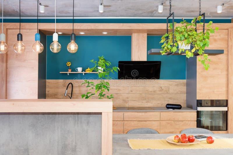 Nowo?ytny meble w luksusowej kuchni Minimalistyczny scandinavian wn?trze w loft mieszkaniu z drewnianym meble, lampy fotografia royalty free