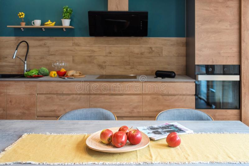 Nowo?ytny meble w luksusowej kuchni Minimalistyczny scandinavian wn?trze w loft mieszkaniu z drewnianym meble, lampy fotografia stock