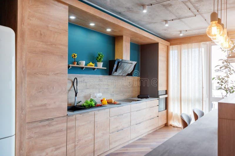Nowo?ytny meble w luksusowej kuchni Minimalistyczny scandinavian wn?trze w loft mieszkaniu z drewnianym meble, lampy obraz stock