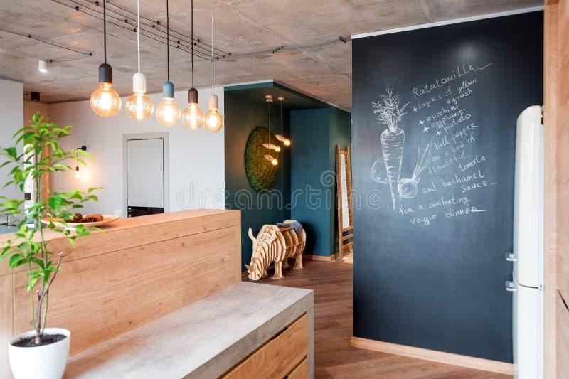 Nowo?ytny meble w luksusowej kuchni Minimalistyczny scandinavian wn?trze w loft mieszkaniu z drewnianym meble, lampy obrazy stock