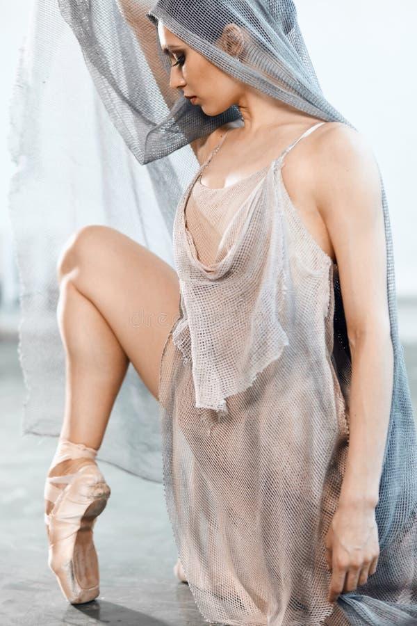 Nowo?ytny stylowy baletniczy tancerz ex na pracownianym popielatym tle w mgle zdjęcie royalty free