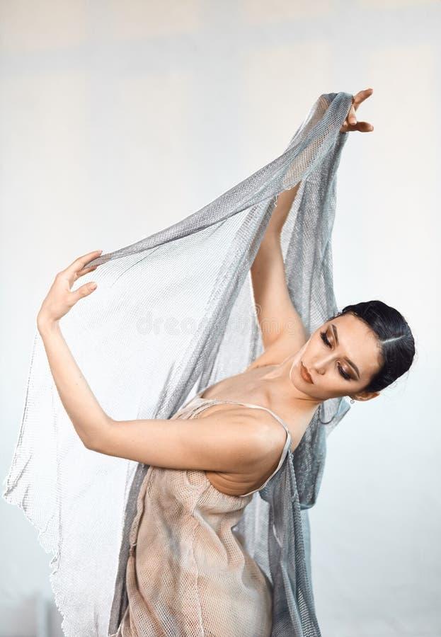 Nowo?ytny stylowy baletniczy tancerz ex na pracownianym popielatym tle w mgle obraz royalty free