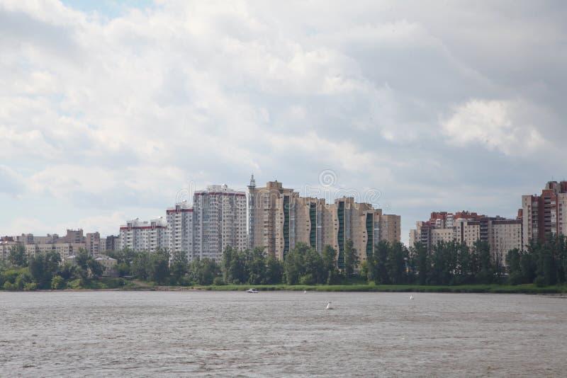 nowoczesna architektura nowożytne mieszkaniowe ćwiartki na bankach Neva rzeka obrazy stock