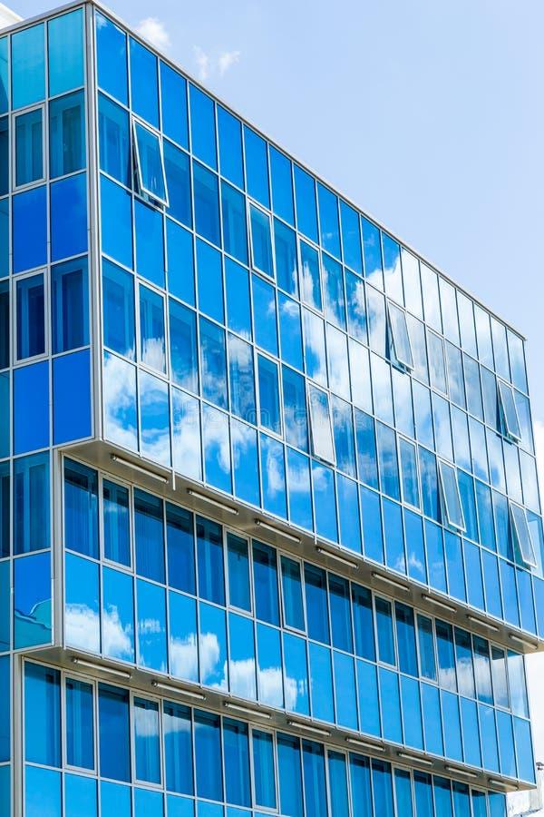 nowoczesna fasada budynku Szklany Windows odbijał chmury i niebo błękitne gamma zdjęcie stock