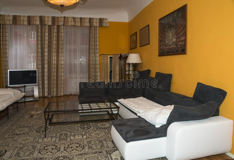 Nowoczesna konstrukcja salonu dzięki oprogramowaniu sofa i TV Prawdziwe zdjęcie fotografia royalty free