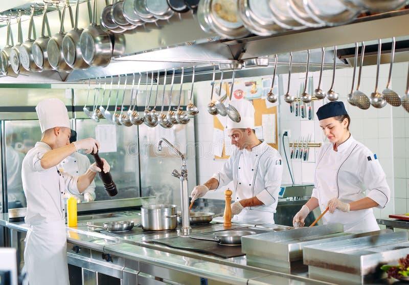 nowoczesna kuchnia Kucharzi przygotowywaj? posi?ki na kuchence w kuchni hotel lub restauracja Ogień w kuchni zdjęcie royalty free