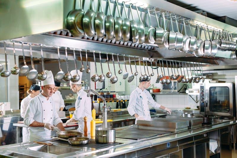 nowoczesna kuchnia Kucharzi przygotowywaj? posi?ki na kuchence w kuchni hotel lub restauracja Ogień w kuchni obraz stock