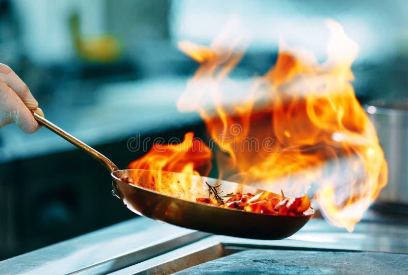 nowoczesna kuchnia Kucharzi przygotowywaj? posi?ki na kuchence w kuchni hotel lub restauracja Ogień w kuchni obraz royalty free