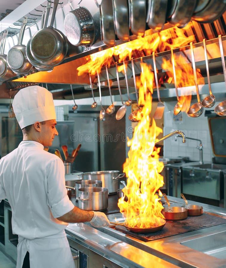 nowoczesna kuchnia Kucharzi przygotowywaj? posi?ki na kuchence w kuchni hotel lub restauracja Ogień w kuchni obrazy stock