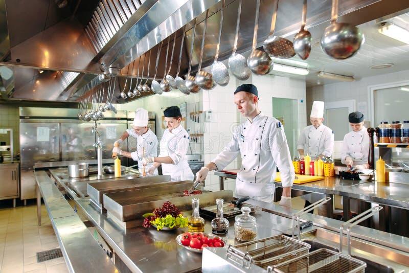 nowoczesna kuchnia Kucharzi przygotowywaj? posi?ki na kuchence w kuchni hotel lub restauracja Ogień w kuchni zdjęcia royalty free