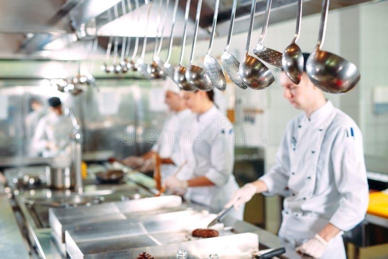 nowoczesna kuchnia Kucharzi przygotowywaj? posi?ki na kuchence w kuchni hotel lub restauracja Ogień w kuchni fotografia stock