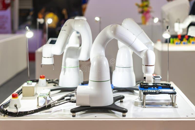 Nowoczesna technologia i precyzja automatyzujący robota chwyt podczas pracować chwyta lub zgromadzenie próbki produkt w produkcji zdjęcia stock