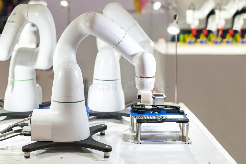 Nowoczesna technologia i precyzja automatyzujący robota chwyt podczas pracować chwyta lub zgromadzenie próbki produkt w produkcji obrazy royalty free