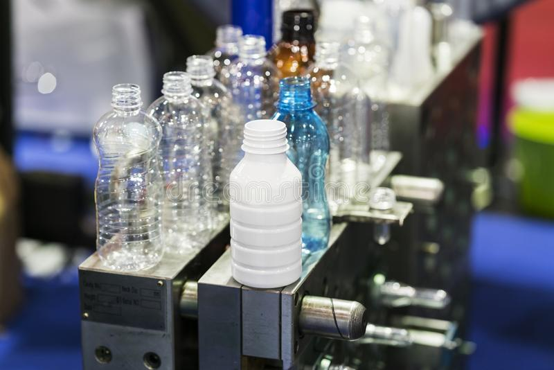 Nowoczesna technologia Plastikowy filiżanki fabrykować przemysłowy obraz royalty free