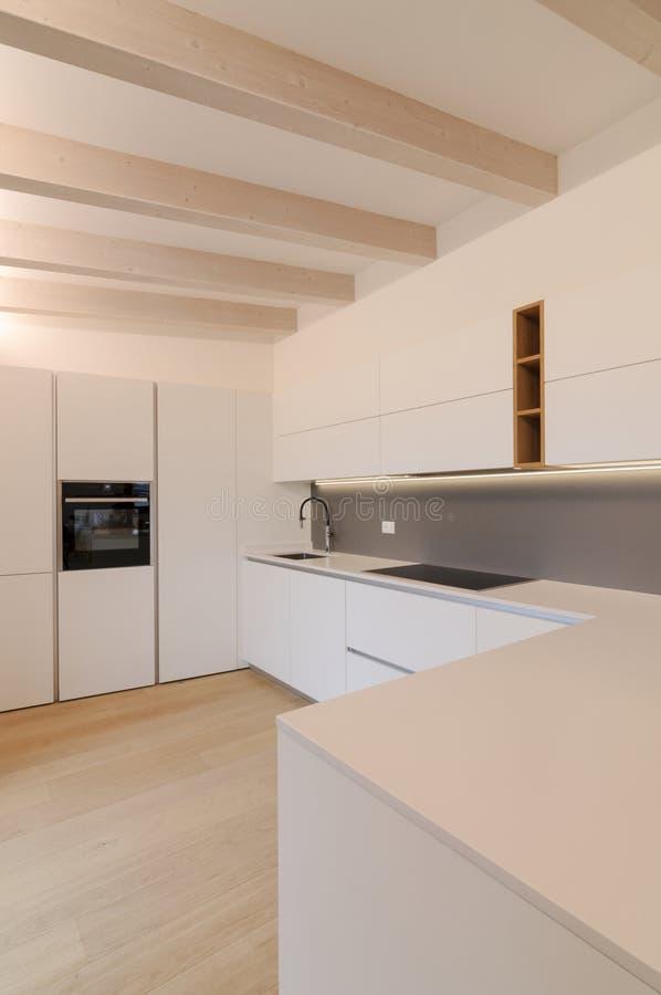 Nowoczesne białe wnętrze kuchenne obrazy royalty free