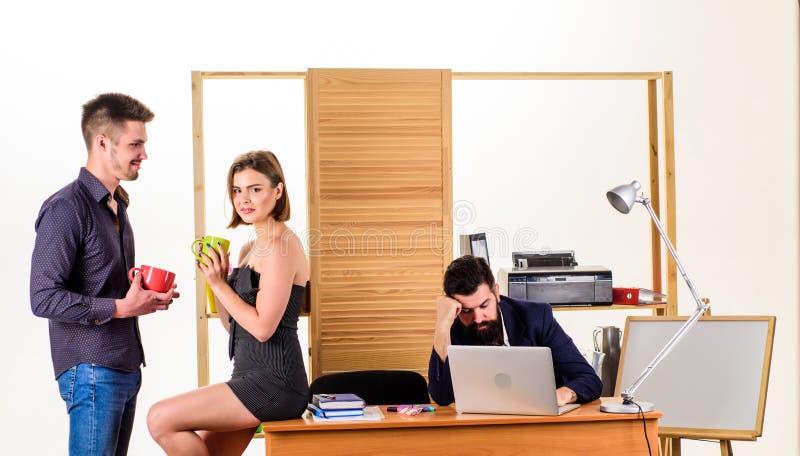 nowoczesne lunch Młodzi koledzy opowiada podczas praca lunchu Partnery biznesowi opowiada na przerwie na lunch podczas gdy gniewn zdjęcia royalty free