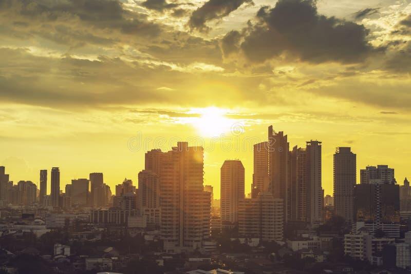 Nowoczesny budynek w centrum biznesowym Bangkoku o zachodzie słońca Podróże do Tajlandii obraz royalty free