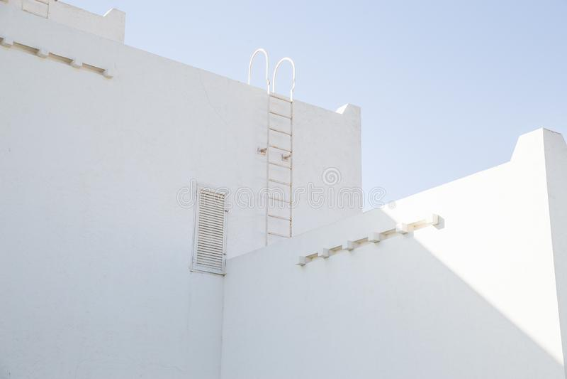 Nowoczesny dom z białego kamienia w stylu arabskim Koncepcja światła i formy w architekturze zdjęcie royalty free