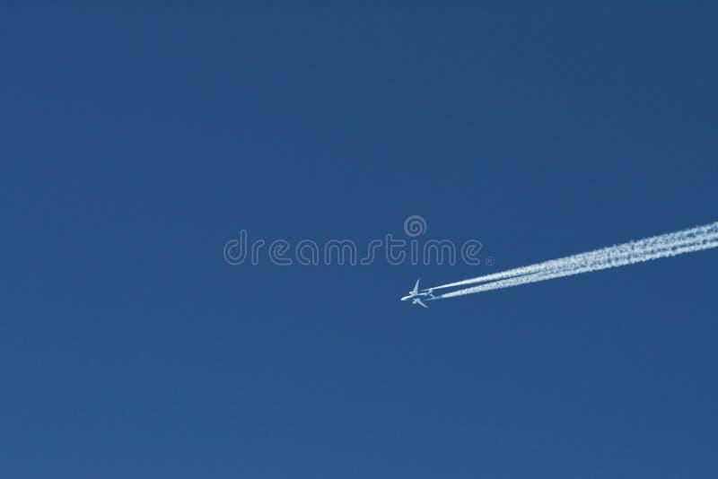Nowoczesny samolot lecący wysoko na błękitnym niebie o słonecznej porze Prędkość i energia obraz stock