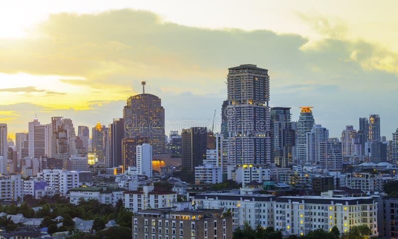 Nowoczesny, wysoki budynek centrum biznesowego Bangkok przy zmierzchu Obraz do dodania wiadomości tekstowej Tło do prac projektow obraz royalty free