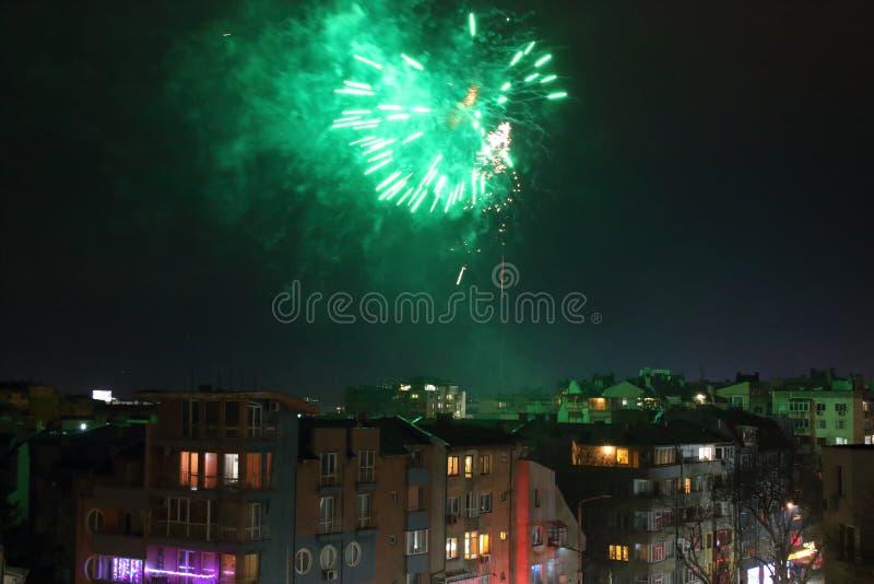 2020 Nowoletnie świętowanie fajerwerków dzielnica mieszkalna Warna Bułgaria zdjęcia stock