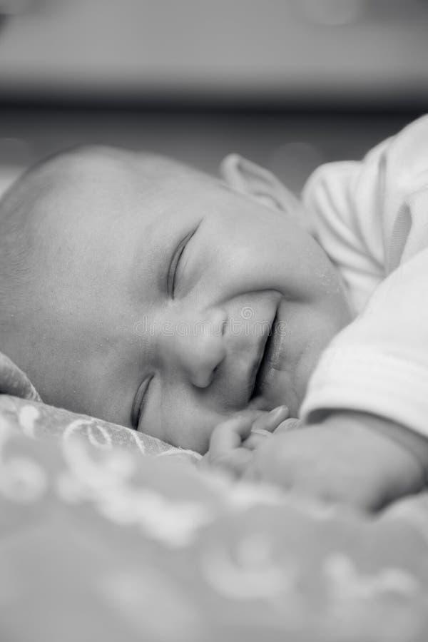 Nowonarodzeni dzieci kłamstwa, uśmiechy i fotografia royalty free