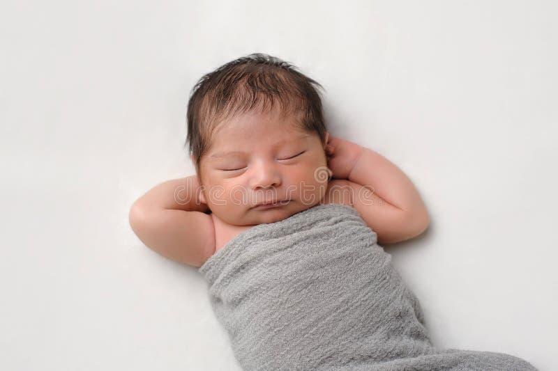 Nowonarodzona chłopiec Swaddled w szarość opakunku zdjęcia stock