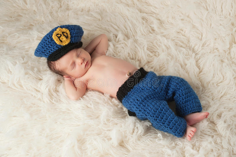 Nowonarodzona chłopiec w policjanta mundurze zdjęcie royalty free