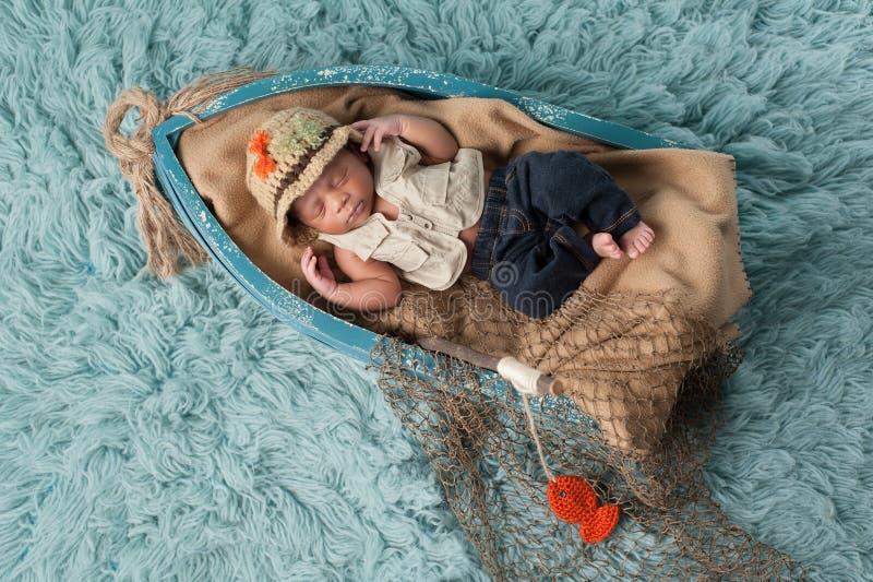 Nowonarodzona chłopiec w rybaka stroju obrazy royalty free
