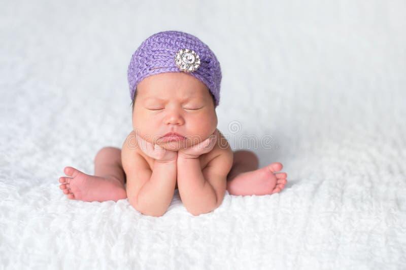 Nowonarodzona dziewczynka Jest ubranym Lawendowego podlotka kapelusz obraz stock